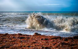 Tempête de mer Grande vague sur le littoral Images stock