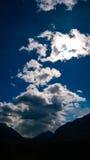 Tempête de montagne roulant au-dessus de la lumière du soleil Photo libre de droits