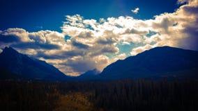 Tempête de montagne roulant au-dessus de la lumière du soleil Image libre de droits