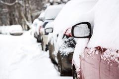 Tempête de neige dans la ville Voitures sous la neige après tempête de neige lourde Photos stock