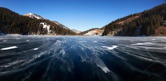 Tempête de neige de neige sur le lac de montagne photographie stock libre de droits