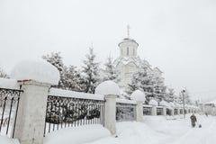 Tempête de neige en Russie Vieille église sous la neige Image libre de droits