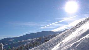 Tempête de neige de Milou en montagnes chez beau Sunny Weather banque de vidéos