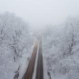 Tempête de neige, routes luisantes et un bon nombre de trafic dans la ville Photographie stock libre de droits