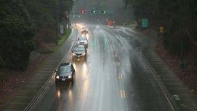 Tempête de pluie, le trafic de banlieusard banque de vidéos