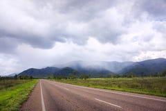 Tempête de pluie tropicale au-dessus des collines Images stock
