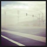 Tempête de poussière à travers une route de campagne Image stock