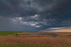 Tempête de soirée au-dessus de lac dans la région sauvage éloignée Image libre de droits