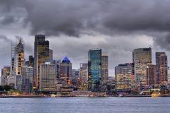 Tempête en hausse au-dessus de grande ville au crépuscule Photo stock