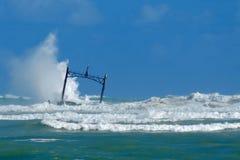 Tempête en mer et l'épave submergée de bateau Photo stock