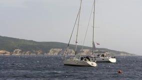 Tempête et bateau sur la mer banque de vidéos