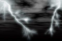 Tempête et foudre foncées Image stock