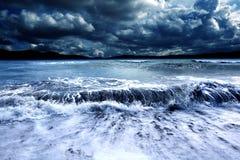 Tempête et mer Horizontal nuageux photographie stock libre de droits