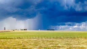 Tempête lourde au-dessus d'une prairie Image libre de droits
