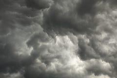 Tempête précédente de ciel sombre avec les nuages foncés photos libres de droits