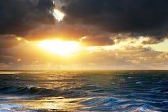 Tempête sur la mer. Image libre de droits