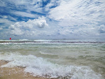 Tempête sur la mer Une alerte avertit des dangers de la natation Images stock