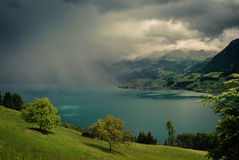Tempête surgissante au-dessus de luzerne de lac Image libre de droits