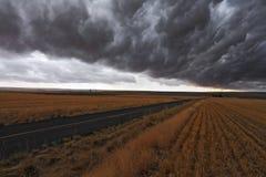 Tempête terrible au-dessus des routes rurales Images stock