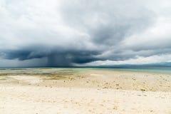 Tempête tropicale en mer sur le littoral indonésien Photo libre de droits