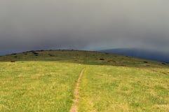 Tempête venant à une colline de montagne Images libres de droits