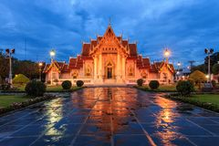 Temp thaïlandais traditionnel d'architecture, de Wat Benjamaborphit ou de marbre photographie stock libre de droits