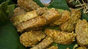 Tempe goreng lub smażący tempeh tradycyjny jedzenie Zdjęcie Stock