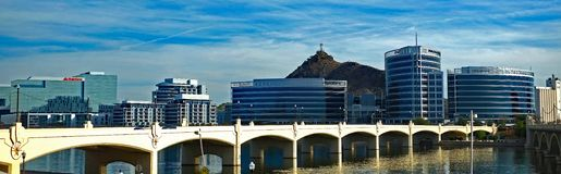 Tempe Town Lake Bridge och stadsscape arkivbild