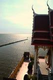 Tempel über Meer am Nachmittag Stockfotografie
