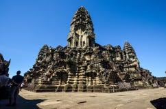 Tempel in Angkor Wat mit blauem Himmel lizenzfreie stockfotos