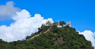 Tempel auf Berg und blauem Himmel, Thailand Stockfotos