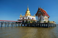 Tempel auf dem Meer in Thailand Stockbild