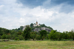 Tempel auf die Oberseite des kleinen Berges Lizenzfreie Stockbilder