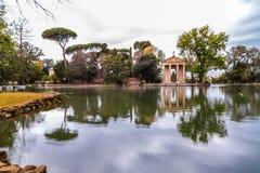 Tempel av Aesculapios p? villaBorghese tr?dg?rdar i Rome royaltyfri fotografi