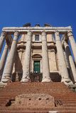 Tempel av Antoninus och Faustina i antikt forum italy rome royaltyfri bild