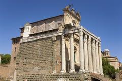 Tempel av Antoninus och Faustina som byggs i ANNONS 141, på Roman Forum, Rome, Italien, Europa Royaltyfri Bild
