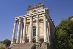 Tempel av Antoninus och Faustina som byggs i ANNONS 141, på Roman Forum, Rome, Italien, Europa Arkivbilder