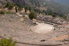 Tempel av Apollo och teatern på det arkeologiska Delphi oraklet Fotografering för Bildbyråer