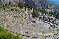 Tempel av Apollo och teatern på det arkeologiska Delphi oraklet Royaltyfri Bild