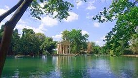 Tempel av Asclepius Tempio di Esculapio på sjön på villaBorghese trädgårdar, Rome, Italien arkivbild