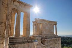 Tempel av Athena Nike på akropolen av Aten på en klar solig dag Arkivbild