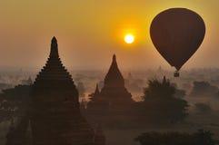 Tempel av Bagan med ballongen för varm luft. Myanmar. Royaltyfri Foto