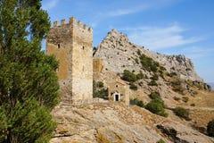 Tempel av de 12 apostlarna och det Genoese tornet Sudak crimea Arkivfoto
