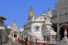 Tempel av den hinduiska komplexa Chattarpur mandiren Royaltyfria Bilder