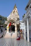 Tempel av den hinduiska komplexa Chattarpur mandiren Arkivfoto