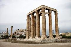 Tempel av den olympiska Zeus och akropolen i Aten, Grekland Royaltyfria Bilder