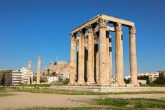 Tempel av den olympiska Zeus och akropolkullen, Aten, Grekland Royaltyfria Foton
