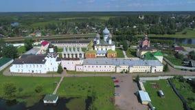 Tempel av den Tikhvin kloster Tikhvin Ryssland flygfotografering arkivfilmer