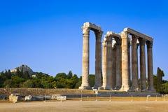 Tempel av den Zeus och Lycabettus kullen på Aten arkivbilder