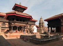 Tempel av Durbar kvadrerar med folk i Bhaktapur Arkivfoto